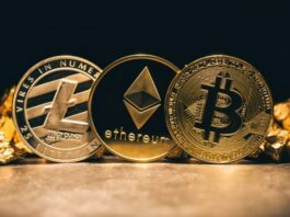 três criptomoedas douradas