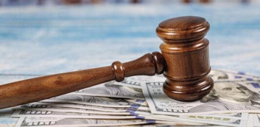 Martelo de juiz martelando notas de dólares