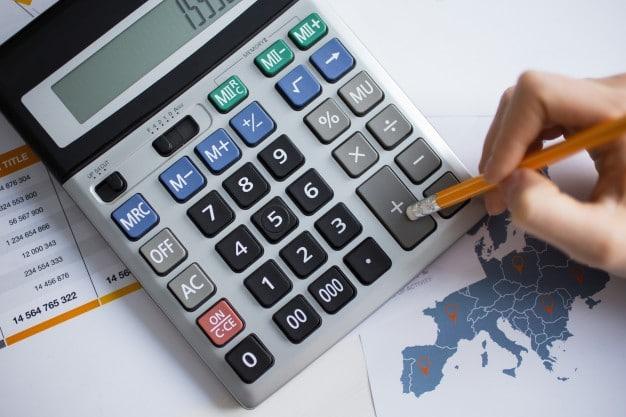 Pessoa usa calculadora para verificar o IPC-FIpe