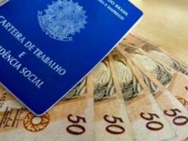 Carteira de trabalho e cinco notas de cinquenta reais