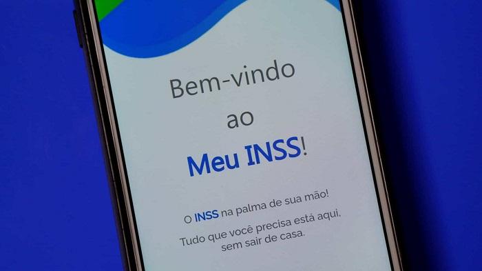 Aplicativo do INSS na tela inicial em um celular