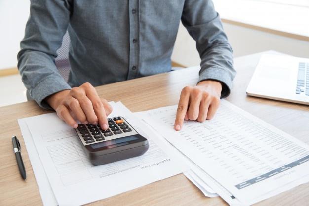 imagem de uma pessoa calculando Imposto de Renda