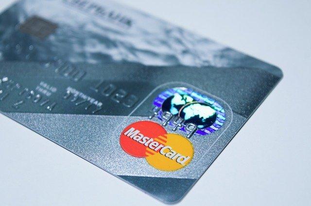 Cartão de crédito cinza com a bandeira mastercard
