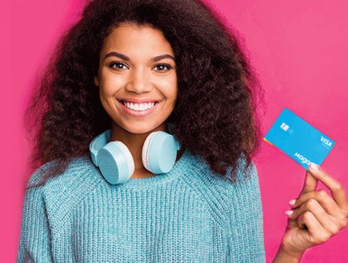 Mulher negra de azul segurando cartão da Magalu