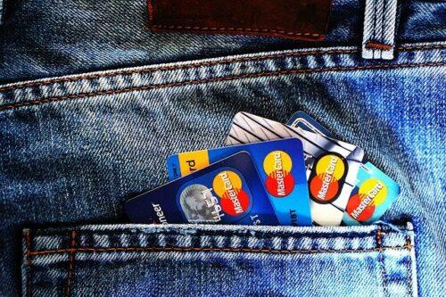 bolso de uma calça jeans com quatro cartões de crédito Mastercard