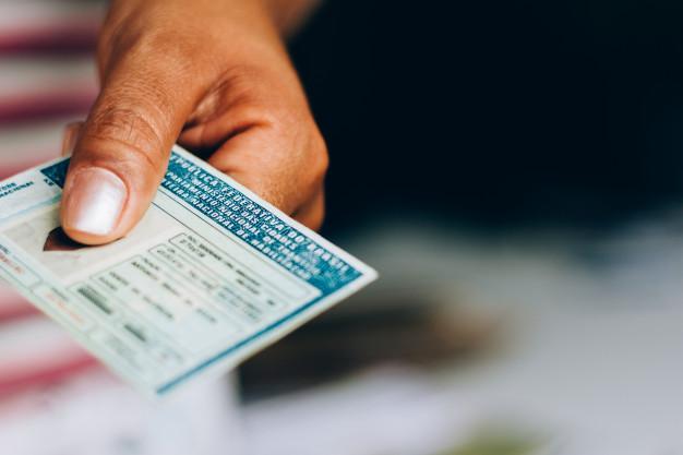 uma mão segurando uma carteira de motorista