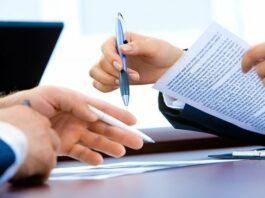pessoas assinando contrato