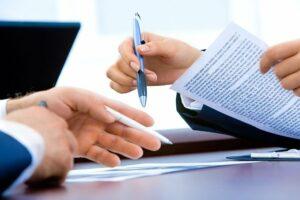 Pessoas assinando contrato para consórcio