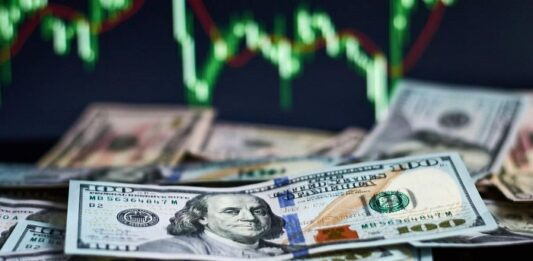 Notas de dólar com um gráfico ao fundo