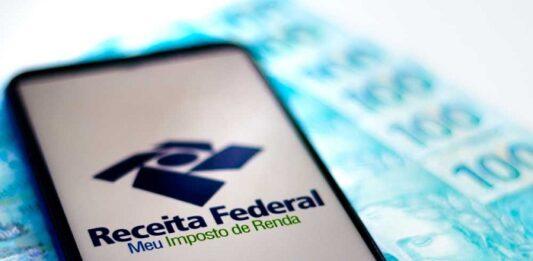 Celular com a tela do aplicativo da Receita Federal