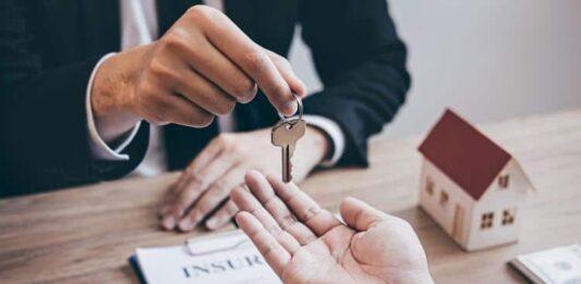 Pessoa entregando uma chave para outra