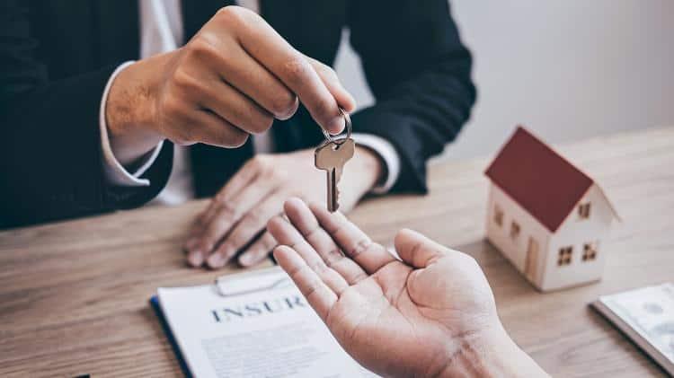 pessoa entregando chave para outra