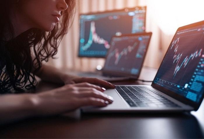 pessoa manuseando computador para investimentos