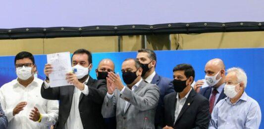 Cláudio Castro mostrando assinatura do Supera Rio com mais 7 pessoas