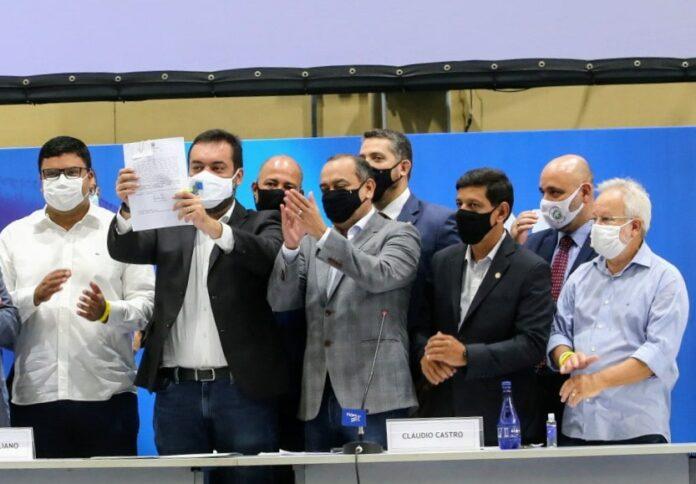Cláudio Castro mostrando assinatura do Supera Rio
