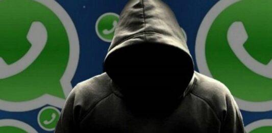 Encapuzado com símbolo do Whatsapp no fundo