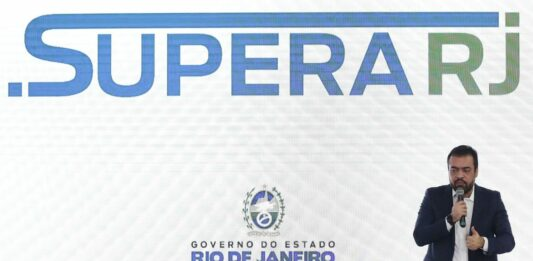 governador Claudio Castro anunciando o programa Supera Rio