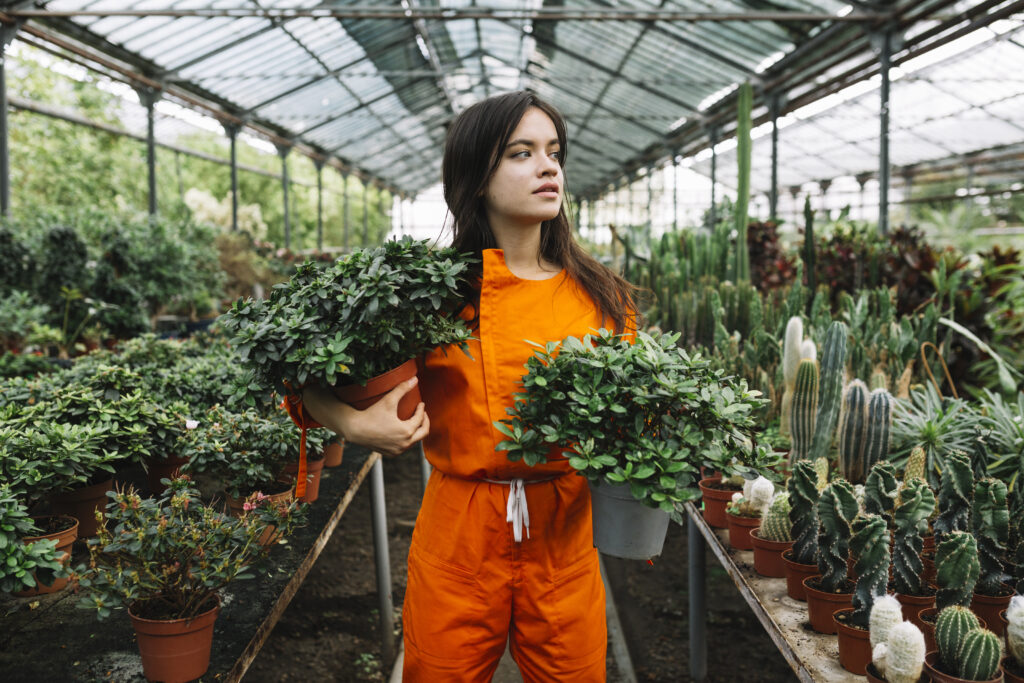 menina trabalhando em uma floricultura