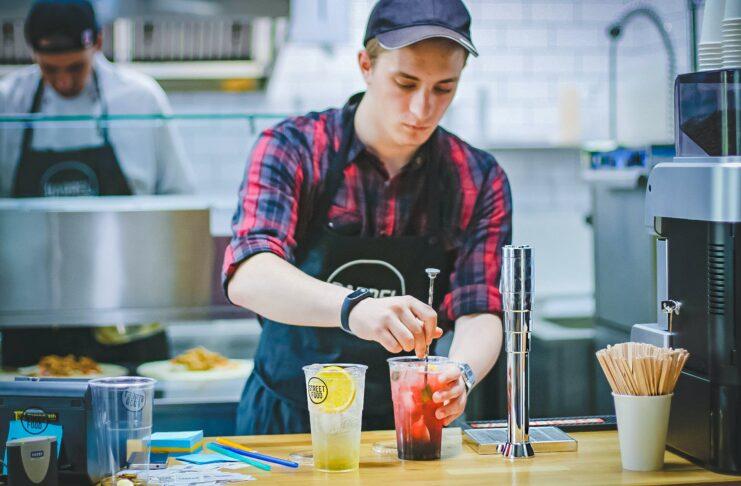 homem preparando uma bebida em uma lanchonete