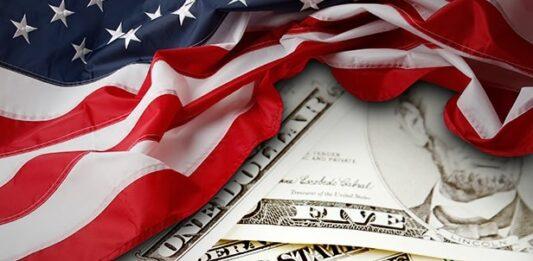 Bandeira dos EUA e notas de dólar