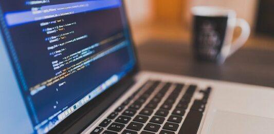 Computador com a tela cheia de programação