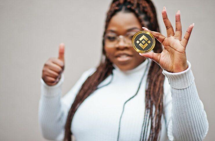 Mulher segura criptomoeda Binance Coin