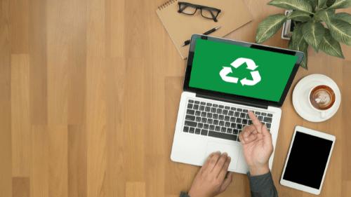 computador com símbolo da sustentabilidade na tela