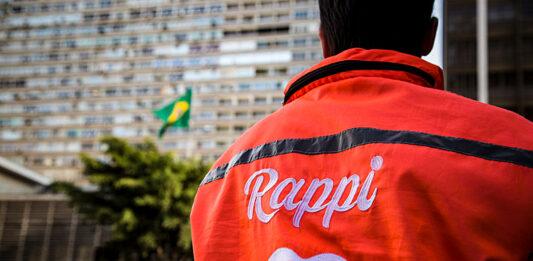 Entregador do Rappi de costas, mostrando o logo da empresa