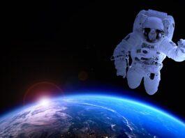 O espaço com homem flutuando em cima da Terra