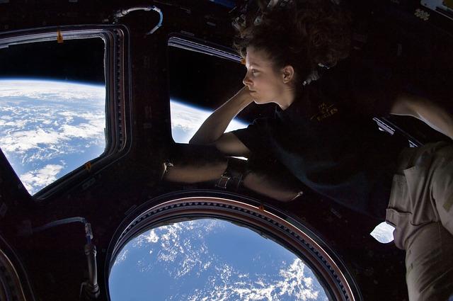 Mulher do espaço olhando a Terra