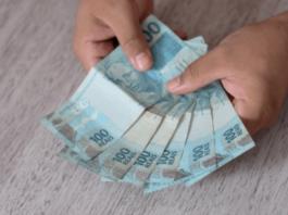 mão masculina segura notas de dinheiro