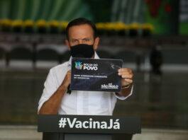 João Doria segura placa do programa Bolsa do Povo