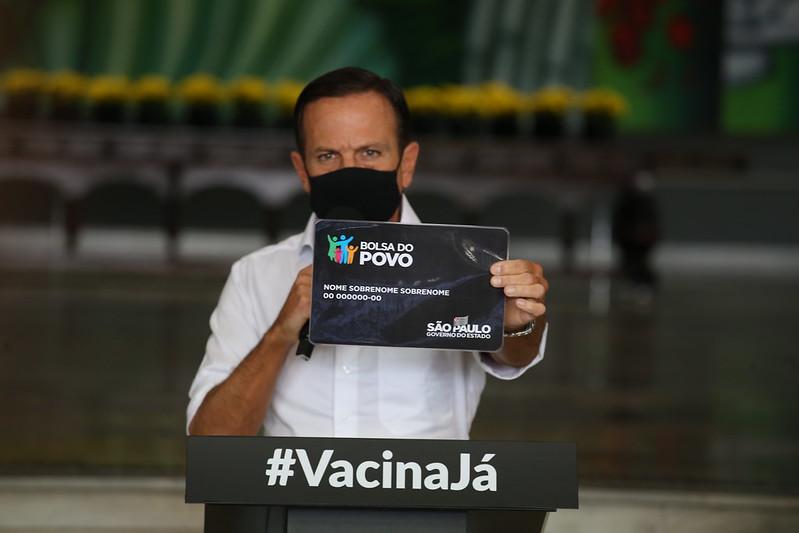 Governador João Doria segura placa do programa Bolsa do Povo