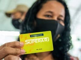 Mulher segura cartão Supera Rio