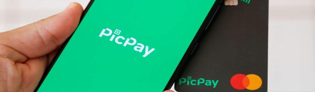 Pessoa usando o app PicPay no celular