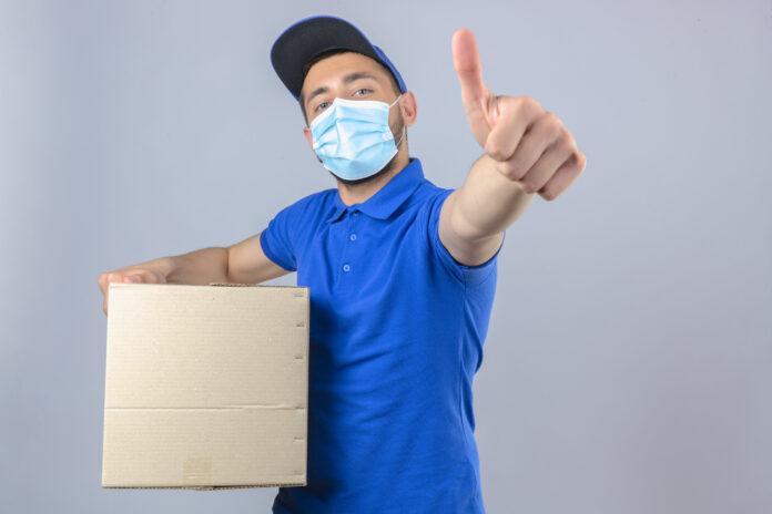 entregador com uma caixa na mão