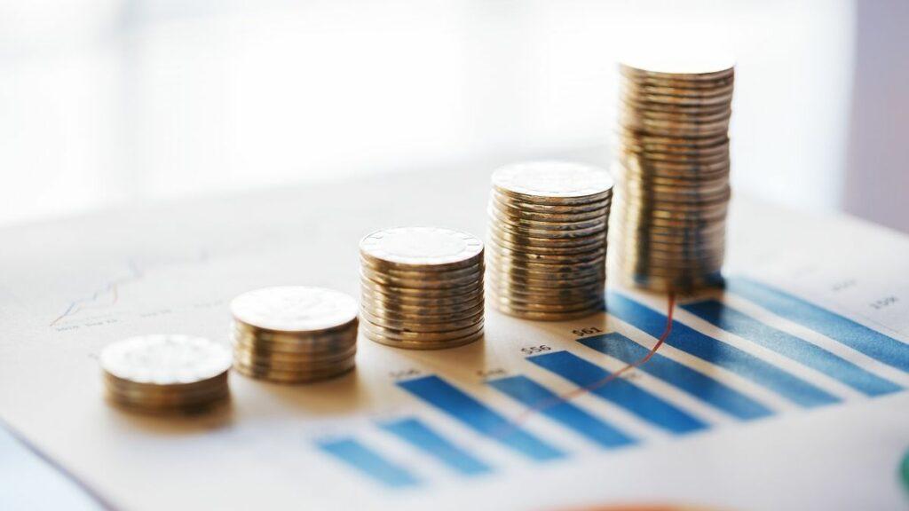imagem de várias moedas empilhadas