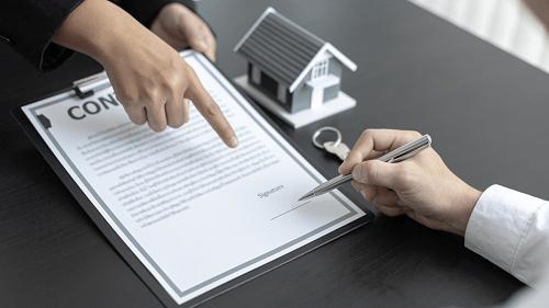 pessoa assinando contrato de financiamento de imóveis
