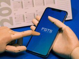 boneco segurando celular na página do FGTS