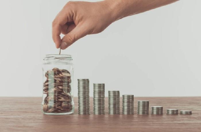 pessoa empilhando moedas