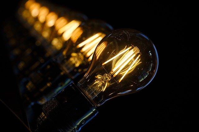 fileira de lâmpadas