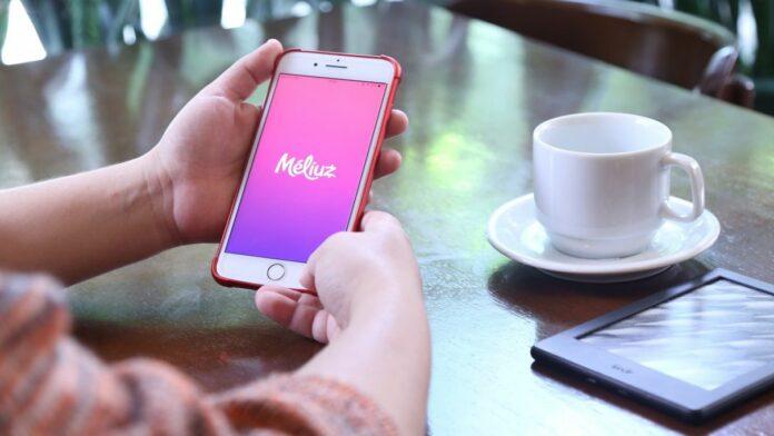 pessoa olhando o aplicativo do Méliuz