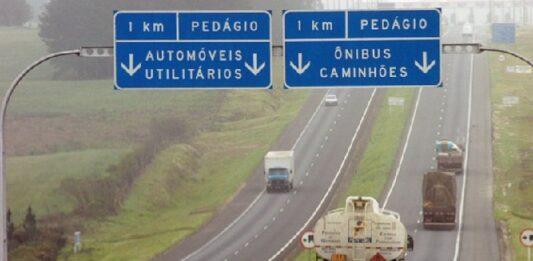 rodovia com placa de pedágio