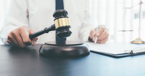 Juiz segura malhete