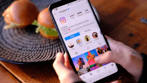 Tela de celular mostra feed do Instagram
