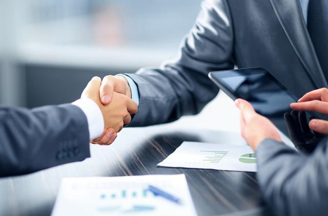 Empreendedor aperta mão de bancário solicitando Pronampe 2021