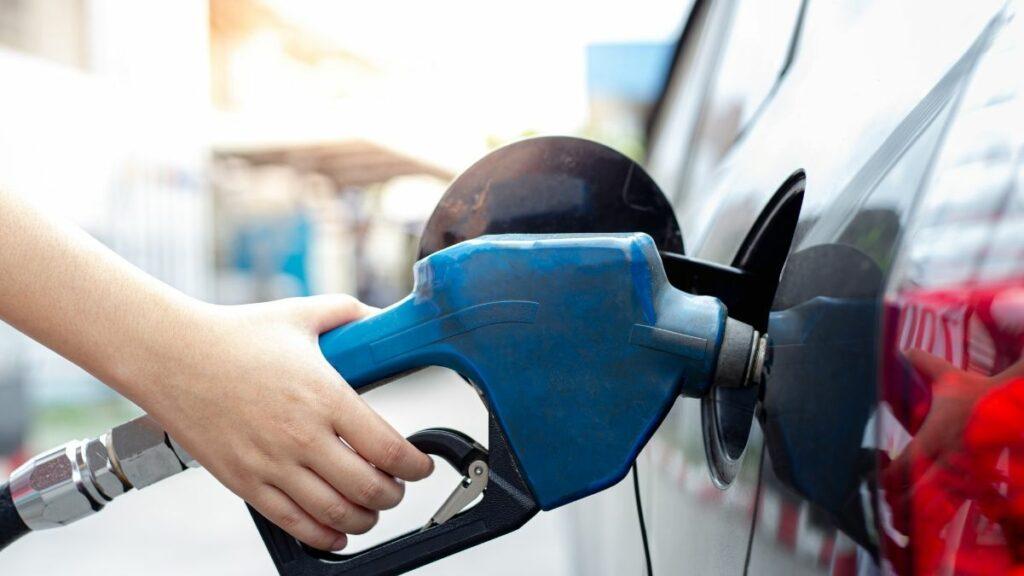 Pessoa abastece carro em posto de gasolina