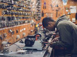 menino trabalhando em uma máquina