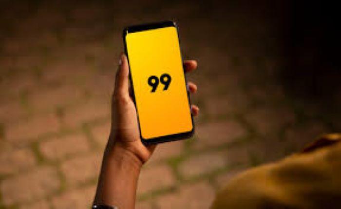 mão segurando o celular com a logo do 99