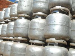 Diversas fileiras de botijão de gás de cozinha empilhadas